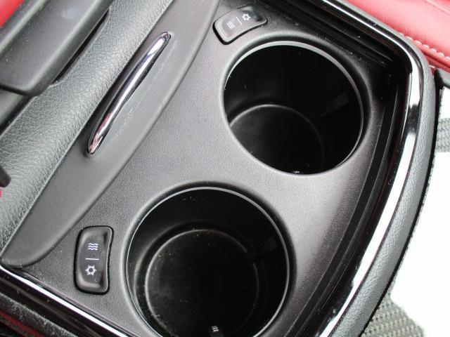センターコンソールの中にはUSB・AUXの挿入口が付いております。それぞれ充電や音楽再生が可能となっております。