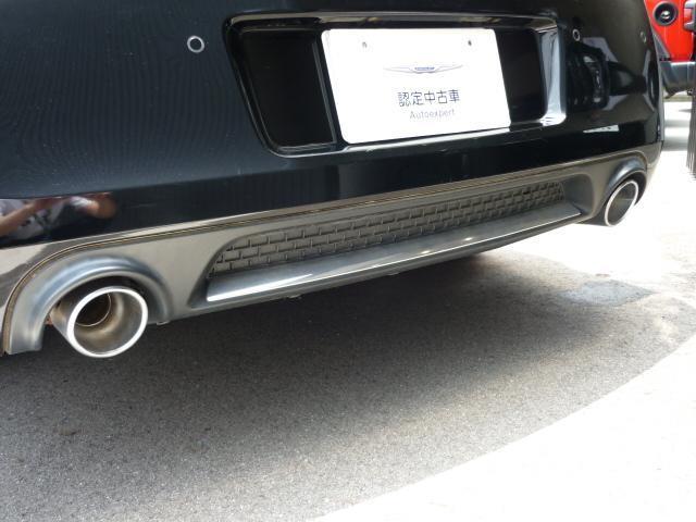 フロントグリルの形をした時計となっております。