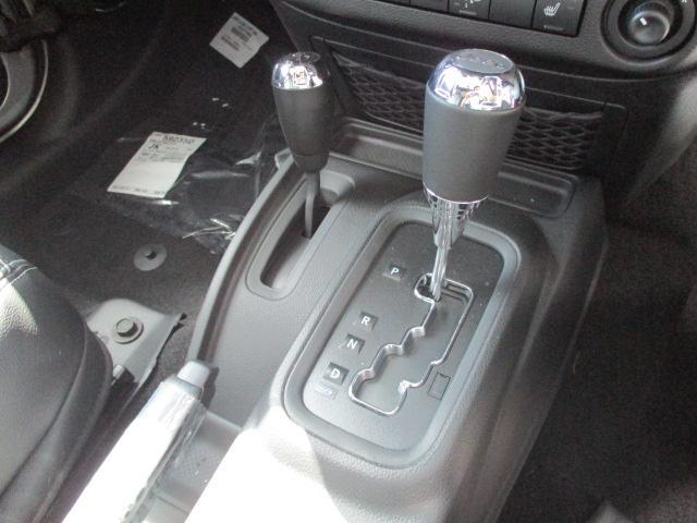 MTモード付のシフトです。左のレバーは2WD→4WDへの切替も可能となっております。