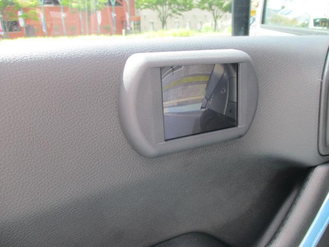 サイドカメラです。ドアミラー下にカメラが付いておりますので、狭い道でも安心して通行できますね。