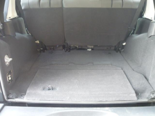 トランクルームです。後部座席はフラットにすることもできます。