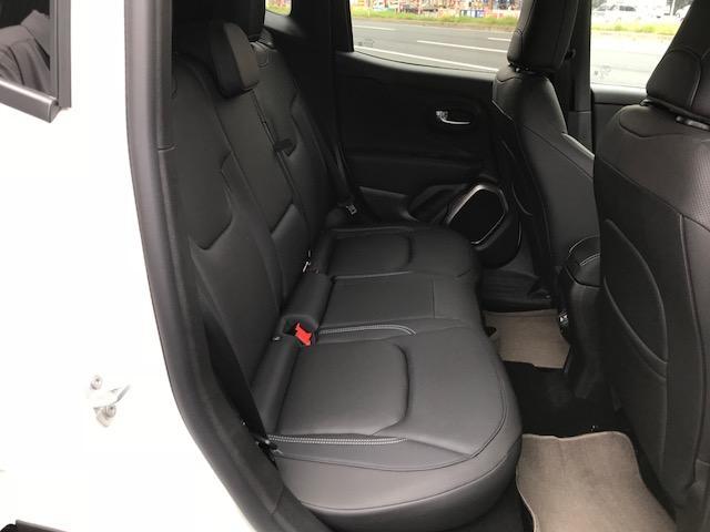 後席です。フラットにすることによりトランク容量を広く確保することができます。