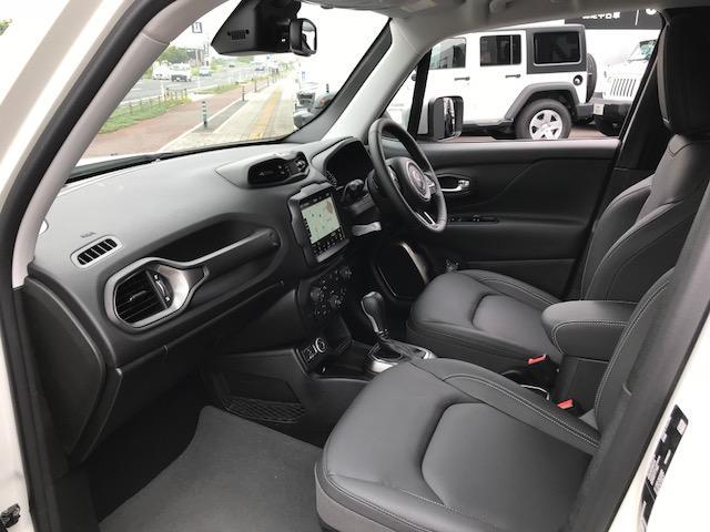 インテリアカラーはブラックです。前席シートヒーター付きです。
