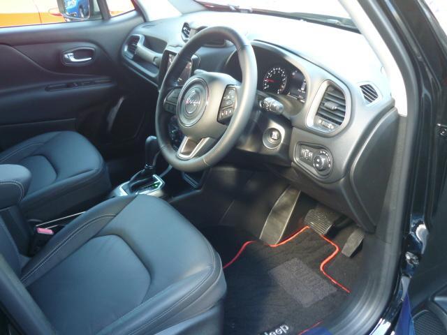 インテリアカラーはブラック!レザーシート シートヒーター ステアリングヒーター付きです。