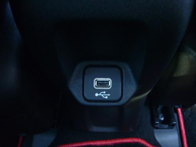 後席用のUSB挿入口です。こちらで接続しても音楽再生や充電が可能となっております。