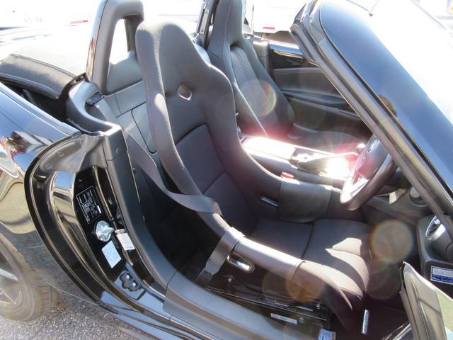 運転席はフルバケットシートに変えています。(純正はありません。)