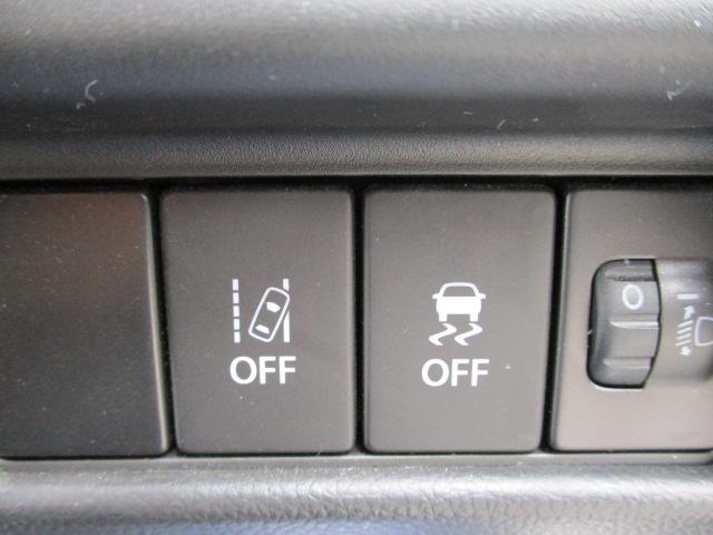(左から)車線逸脱警報OFF、横滑り防止機能OFF、各スイッチです。