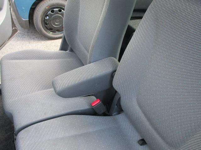 運転席には肘掛がついています。リラックスしたドライブができます。(^_^)/