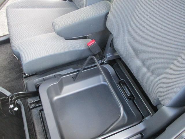 助手席下には取り出し可能な収納ボックスがあります。(^_^)/〜
