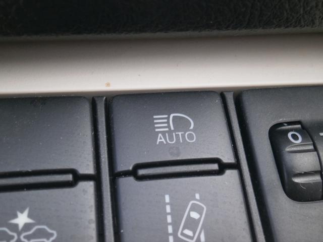 白線からクルマがはみ出しているようなデザインのスイッチがレーンディパーチャーアラートのON/OFFのスイッチ。「AUTO」と書いてあるのが、オートマチックハイビーム。