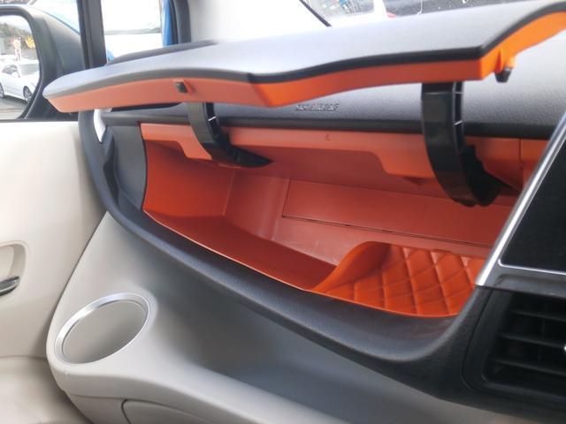 助手席のアッパーボックスを開くと鮮やかなオレンジ色!車検書を入れるだけでは勿体無いですよね。うまく活用したいものです。