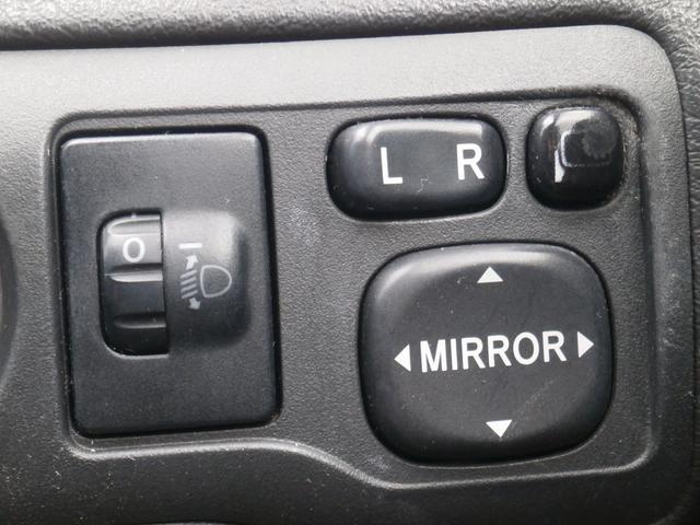 あるととっても便利な電動格納リモコンミラーです!ボタン一つで楽々開閉!買い物やお出かけ先の駐車場で気が付いたら誰かにミラーを傷つけられた・・・なんて事が無いようにしっかり収納しておいてくださいね!!