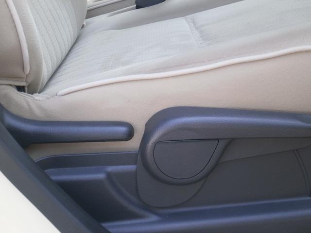 右のレバーを引けばシートの高さを調整することが出来ます!前が見えにくい!足が届きにくい!なんてことも調整ができるととても便利ですよ!