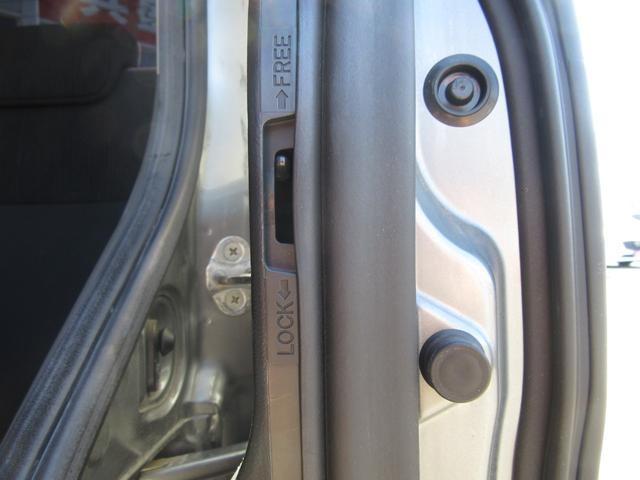 小さなお子様がおられるお客様にマストの装備!チャイルドロック!!走行中に誤って子供がドアを開けない様にする機能です!子供とのドライブには十分過ぎる位に気を使ってあげて下さいね!!