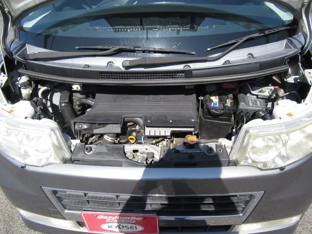 エンジンルームも綺麗に洗ってから展示しております!燃費は19.2km/L(カタログ値)となっています!
