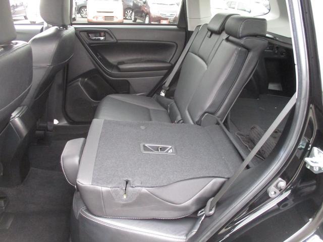 分割可倒式リヤシートで荷物の載せ方もいろいろアレンジできます。リクライニング機能もあるから後部座席に乗られる方も快適♪ 使い方も広がりますね♪