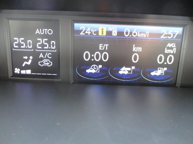平均燃費などの走行状態や車のいろいろな情報を教えてくれる優れモノのインフォメーションディスプレイ。