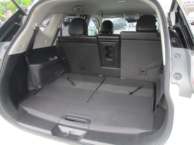 サードシートを収納したらゆったり広々な荷室が出来あがります。荷室の寸法などもお気軽にお問い合わせくださいね。