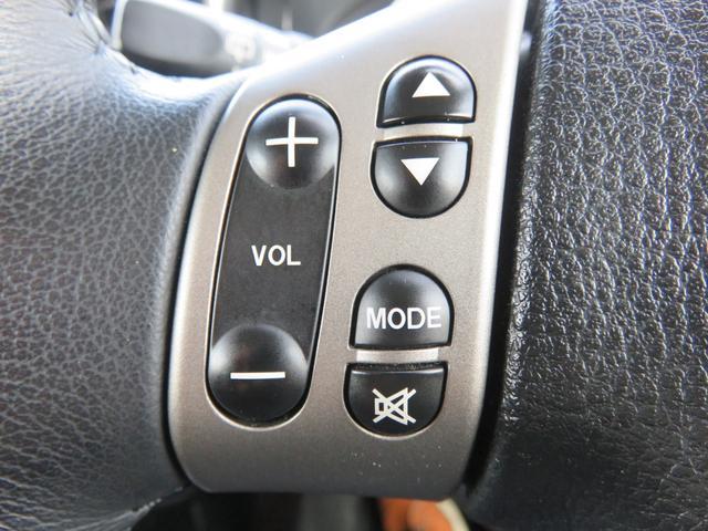 ハンドルから手を離さなくても、オーデイオやナビの操作が出来るステアリングリモコンです。目線を移動させずに操作できるから安全性もさらにアップしますね♪ 運転するときは前に集中!集中!