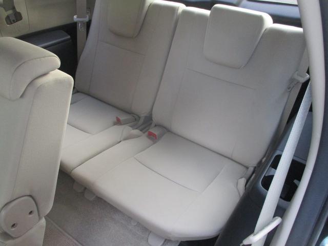 収納式のサードシートですがちゃんと座れてちゃんと使えます。使わないときは折り畳めばトランクの高さと同じになります。いざという時には便利な三列目ですね。
