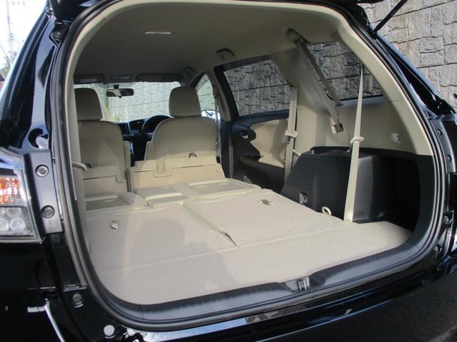 セカンドシートを畳むと、こんな感じでフラットで大きな荷室になります。車中泊も出来るし仕事にもレジャーにも活躍してくれますよ。
