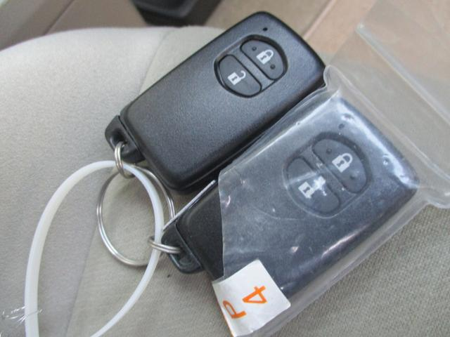 キーフリーだから、わざわざキーを出さなくても、ドアの開錠施錠もドアノブのボタンを押すだけでOKです♪ エンジンの始動もキーさえ持っいたら簡単スタート♪ なくさないでくださいね^^;