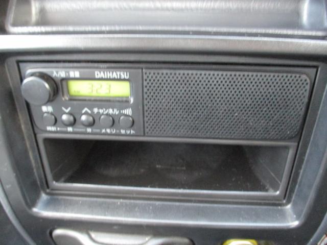 純正CDデッキが付いてます。操作性も良く、意外と良い音です♪ もちろんお買い得なナビへの換装なども承っておりますので気軽にご相談ください。