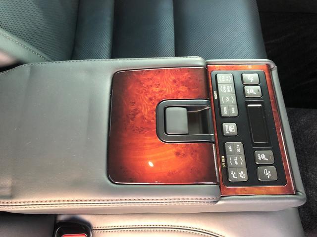 後席シートでも各種操作が可能です。