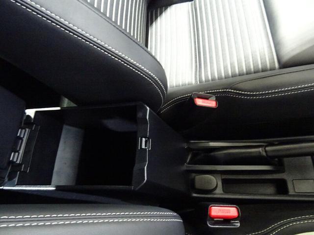運転席のセンターアームレストの下の収納ボックス