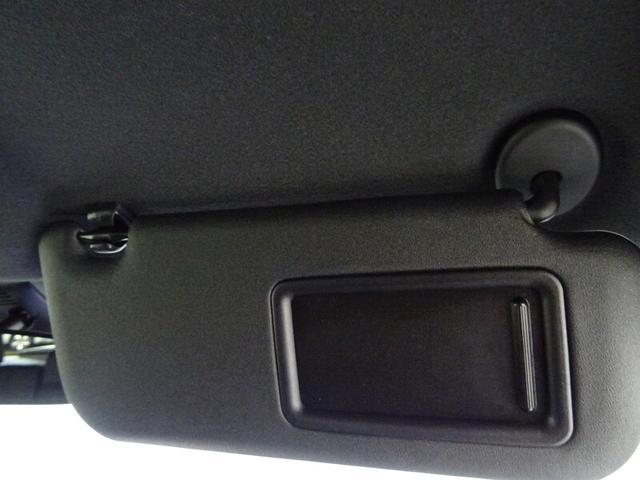 運転席サンバイザーは便利なバニティミラー付き。