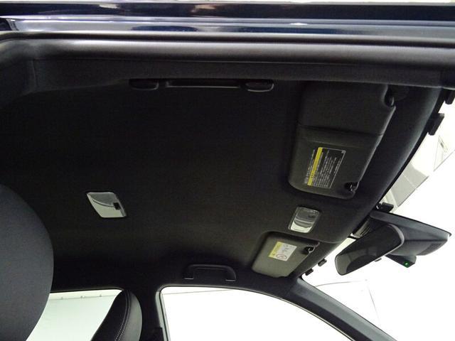 圧迫感のない天井が、車内をさらに広く感じさせてくれます。