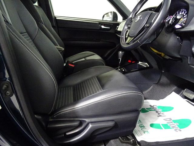 運転席シートは、上下アジャスター付き。