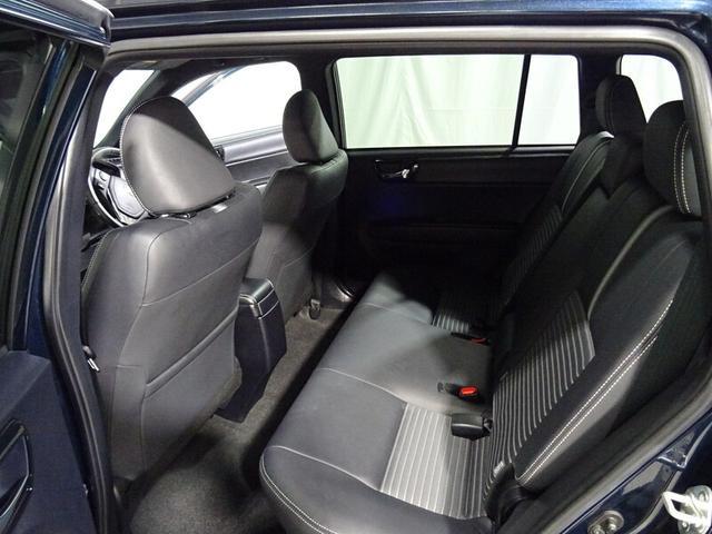 後部座席は、足元も広くゆとりの空間が確保されてます。