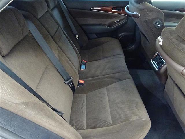 リヤシートもゆったりとしています。体の横揺れがすくなく、車酔いもしにくいです。