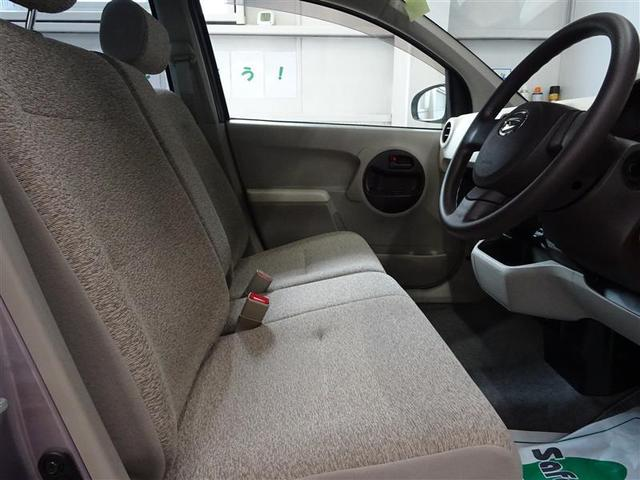 前席は荷物などが置きやすい、ベンチシートです。