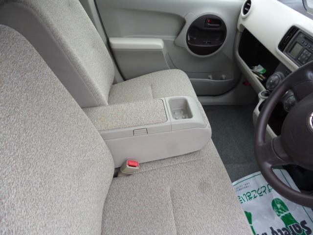運転席と助手席の間には、肘置きもありますよ。