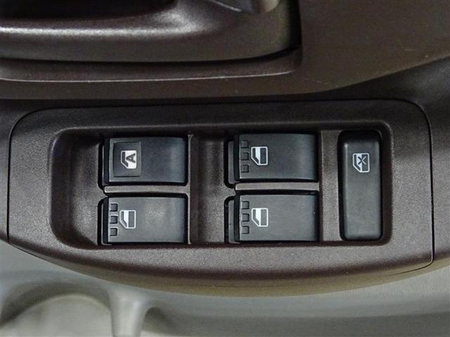 運転席のパワーウィンドーはオートなので、ボタンを軽く押すだけで開閉できます。