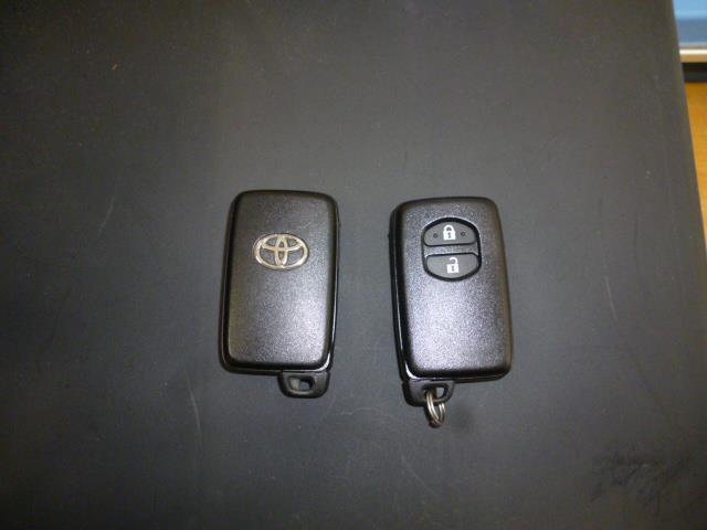 スマートキー2個付。ポケットやバッグに入れたまま、エンジンを掛けたり、鍵の施錠・開錠ができます。