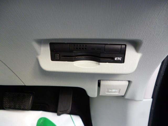 ラッゲージボードの下には収納トレイがあります。