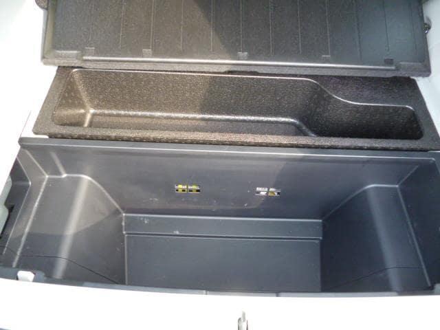 ラッゲージボードの下には収納トレイがあり、便利!