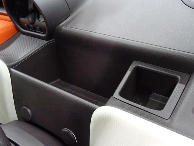 運転席のアッパートレイ&小物入れ&ポストカードホルダー。