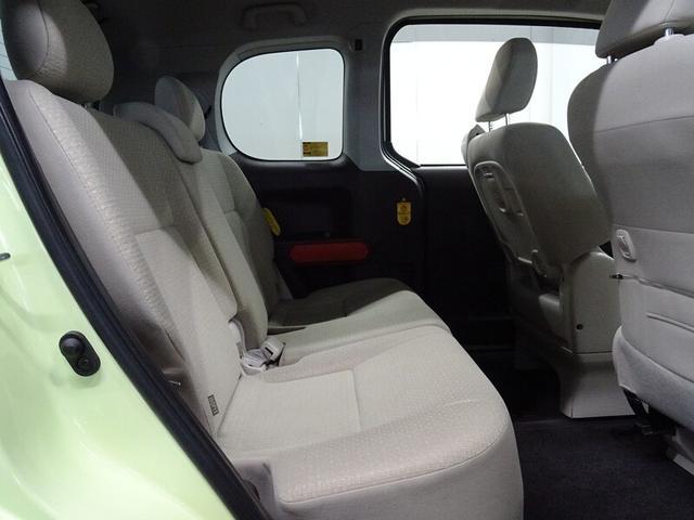 後席も足元スペースはしっかり確保されてます。