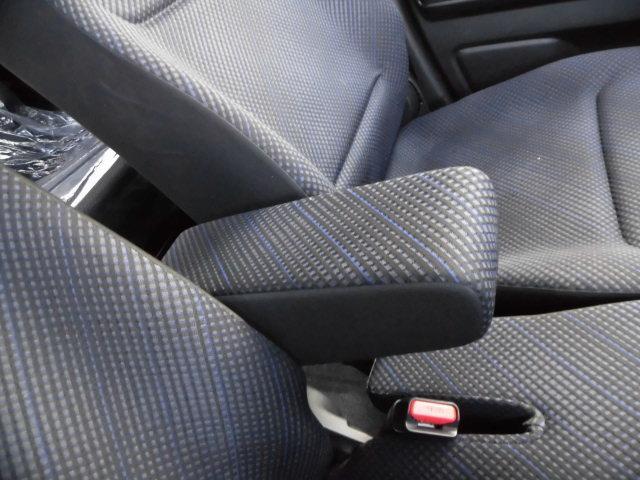 アームレスト装備!ロングドライブや高速運転時に非常に姿勢が楽になる装備です!有ると無いとでは疲れが段違いに変わります!!