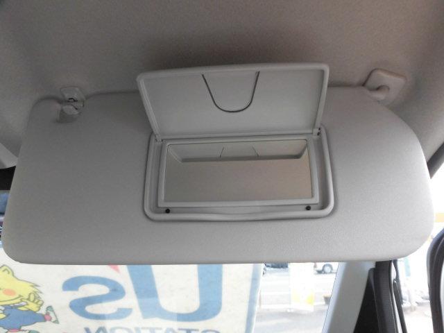 便利な装備バイザーミラー!ちょっとした化粧直しやエチケットチェックの時などにすごく助かる装備です。最近の車は気が利いてますね〜!