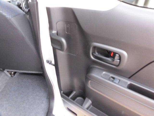 後席ドアの内側に、アンブレラホルダーを設置。濡れた傘で服やシートが濡れるのを防ぎます。傘についた雨水は、車外に排出される構造になっているので、水が溜まることなく安心です☆