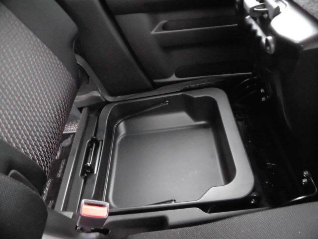 助手席のシート下にも収納スペースがございます!!