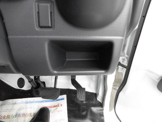 運転席の下には小さな小物を置けるスペースがございます☆