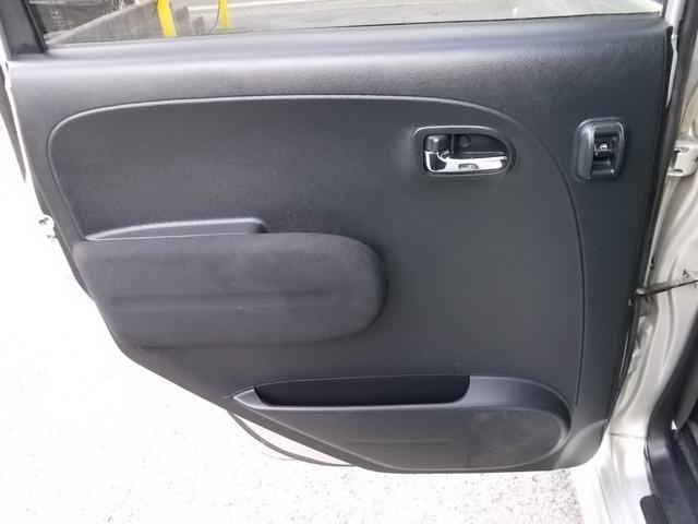 後部座席左ドア内張の様子