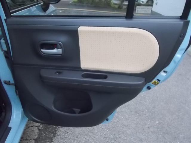 後部座席右ドア内張の様子