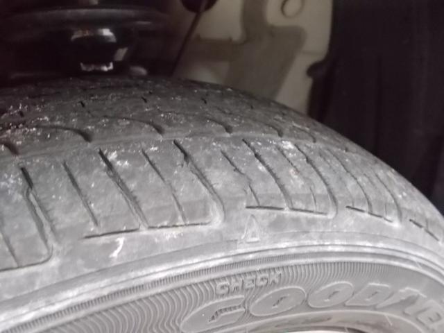 タイヤ残り溝:4分山